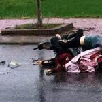 Phát hiện thi thể 2 cô gái kẹt trong chiếc xe máy trên đường