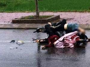 Người dân nhìn thấy 2 cô gái nằm bất tỉnh trên quốc lộ, khi đến kiểm tra thì tá hỏa phát hiện họ đã tử vong. Theo đó, vào khoảng 5h sáng 19/8, nhiều người dân khi đi trên