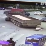 [Video an toàn giao thông] Người phụ nữ thoát chết thần kỳ dưới gầm xe tải