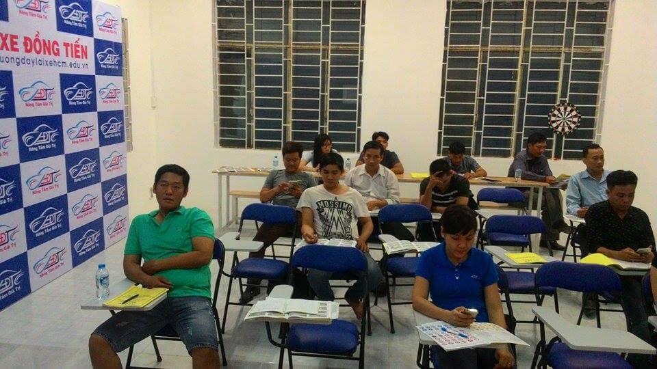 Học viên học lái xe ô tô tại trung tâm