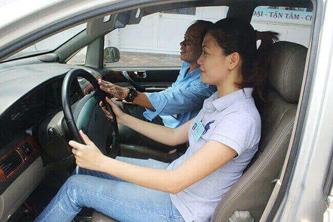Học viên thực hành học lái xe ô tô tại trung tâm