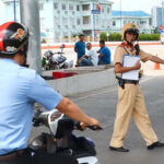 Điều khiển xe máy khi chờ cấp lại bằng bị phạt thế nào?